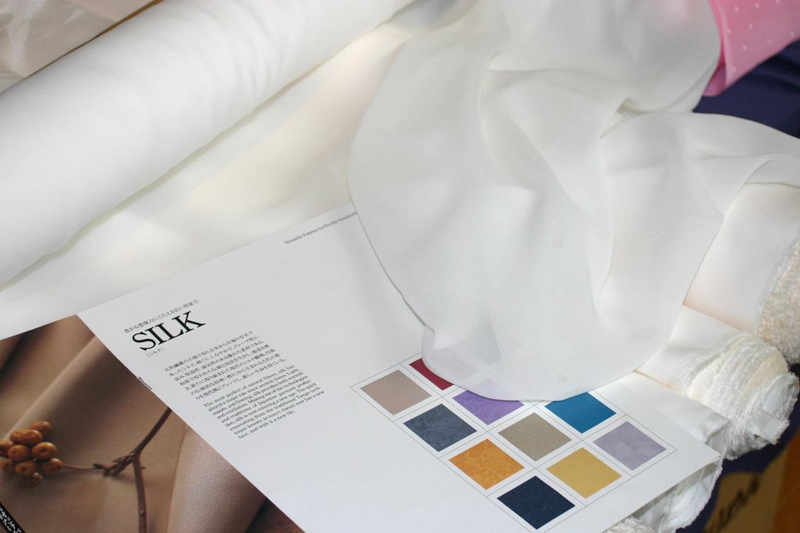 シルクシフォンは経糸横糸に撚りをかけた絹糸で織り上げます。しなやかで透け感の美しいフェミニンな生地です。 1m単位で切り売りします。【草木染も可能】切売シルク生地北陸産地製の上質シルクシフォンジョーゼット白生地。size 110cm幅、日本製10匁規格Silk100%シルク白生地切り売り【切売】