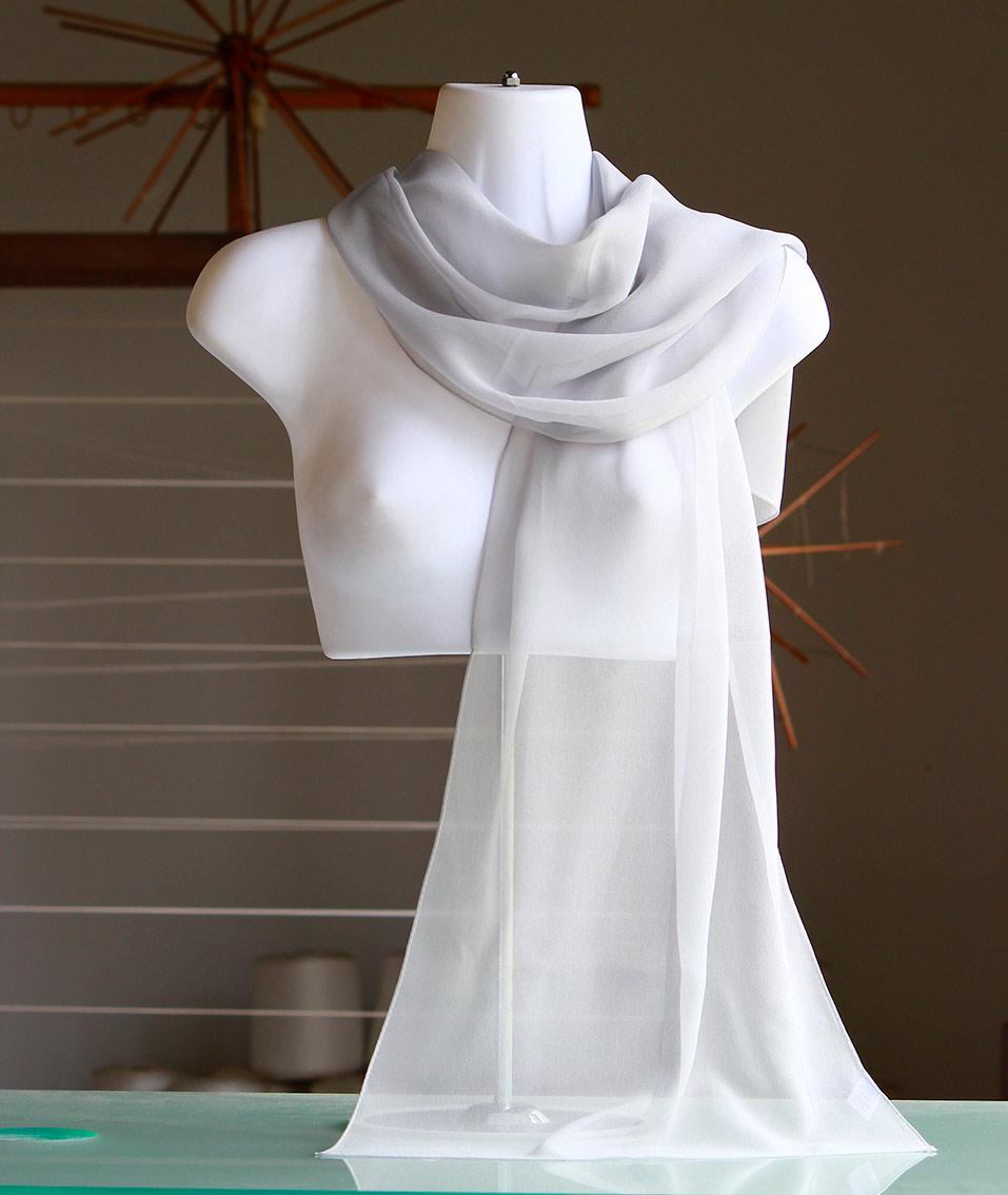 カラー:ライトグレー/ギフトBOX入り魅惑の色彩、絹彩の美 日本の色です。丹後ちりめん歴史館製造の品 丹後ちりめん歴史館製造の品シルクシフォンの大判ロングスカーフ/しっとりとした透け感の美しいショール/シルク100%36cmx150cmカラー:ライトグレーギフトBOX入り/自社工場製日本製/ギフト包装無料