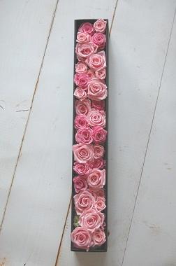 ロザンナ*プリザーブドフラワーのバラのみのボックスアレンジ。細長ボックスにスタイリッシュなアレンジは、3種類のバラ30本を花束のように仕上げています。 誕生日 プロポーズ 告白 彼女 妻 花嫁 奥様 記念日 結婚 退職祝い 開業