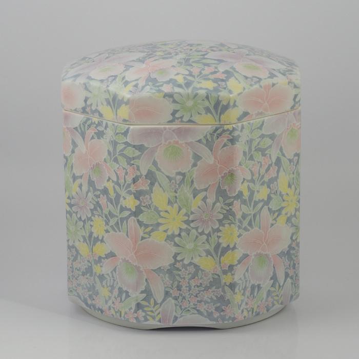 有田焼/骨壷/5寸 「総手仕上げ造」有田焼 八角形骨壷 5寸「カトレア」 送料無料カトレアの大輪の花びらが美しく優しいイメージの仕上がりになっております。(骨壷用木箱・覆い)をセットでお付けいたします。