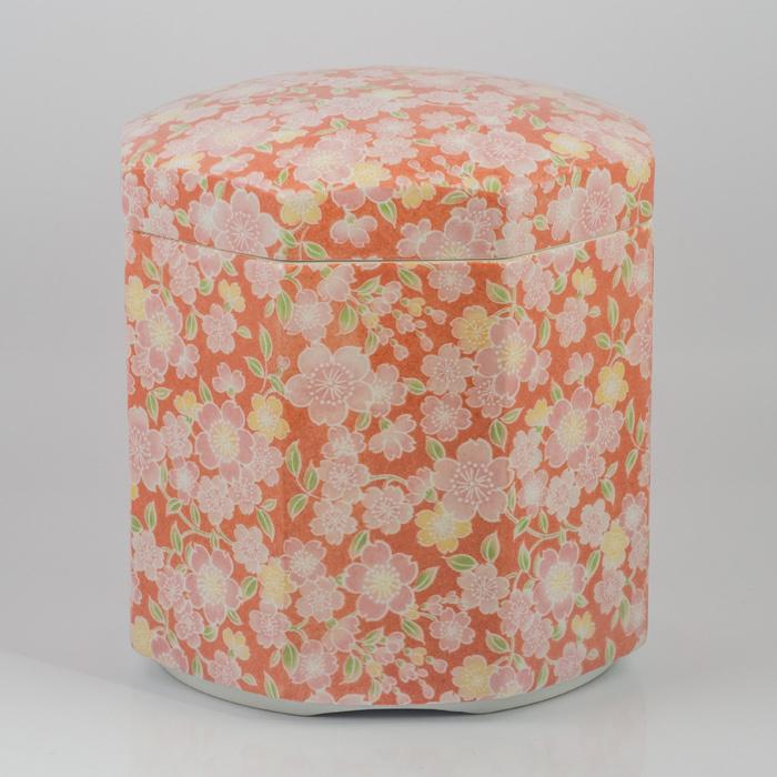有田焼/骨壷/5寸「総手仕上げ造」有田焼 八角形骨壷 5寸「桜友禅」ピンク 送料無料桜の花を全体に施した華やかな仕上がりです。(骨壷用木箱・覆い)をセットでお付けいたします。
