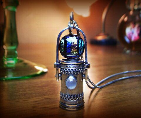 K&D 万華鏡 カレイドスコープ 天然石 シルバー925 ネックレス ペンダント ムーンストーン ベネチアングラス ユニセックス 中央にはムーンストーン。ベネチアングラスは入りで光を反射しキラキラと。シルバーの細かい装飾が目を引く逸品 品質保証書付