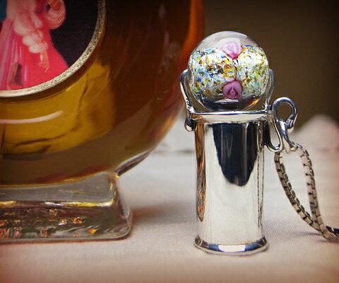 K & D カレイドスコープ ペンダント  クリアベネチアングラス ユニセックスペンダント 万華鏡 一番人気!宝石なしでシンプルなだけに、ベネチアングラスのクリアグラスの中にに細かく散りばめられたカラー、バラがひと際目を引く一品。