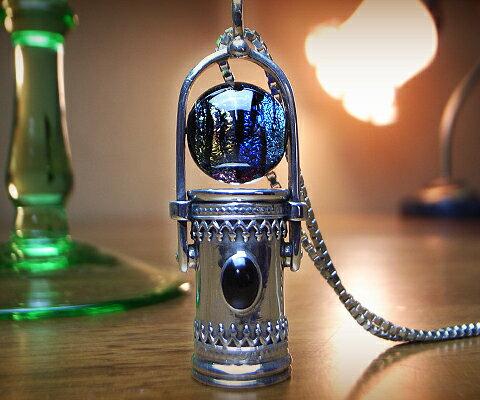 最も優遇 K & D K カレイドスコープ ペンダント オニキス ベネチアングラス オニキス 万華鏡 ユニセックスペンダント 万華鏡 中央の石にはオニキス。ベネチアングラスはラメの様に光を反射しキラキラと美しく輝きます。シルバーの細かい装飾が目を引く逸品です。, 矢部村:b29101ea --- bibliahebraica.com.br