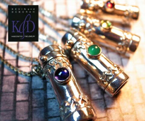 K & D カレイドスコープ ペンダント ペリドット,グリーンクオーツ,アイオライト,プレーン ユニセックスペンダント 万華鏡 中央にはペリドット,グリーンクオーツ,ガーネット,アイオライト。スコープをのぞくと変幻自在な美しい世界が広がります。