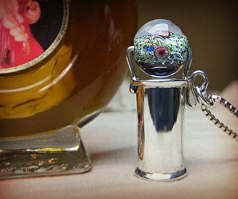 K & D カレイドスコープ ペンダント  ブルーベネチアングラス ユニセックスペンダント 万華鏡 一番人気!宝石なしでシンプルなだけに、ブルーのベネチアングラスの中にに細かく散りばめられたカラー、バラがひと際目を引く一品。