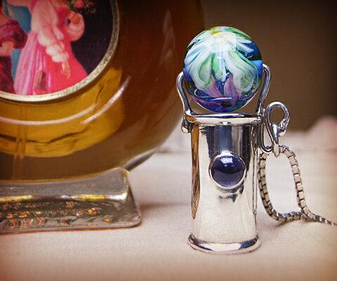 【★超目玉】 K D & & D カレイドスコープ ペンダント アイオライトベネチアングラス ユニセックスペンダント K 万華鏡 中央の宝石は5mm×5mmの存在感のあるアイオライト。彫りの装飾はなくシンプルなフォルム。ベネチアンガラスは青にいくつものお花が描かれています。, 開聞町:e45ab254 --- bibliahebraica.com.br