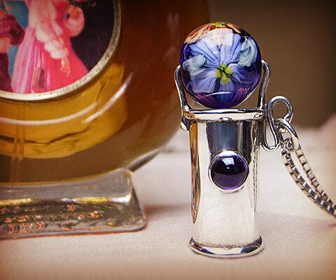 K & D カレイドスコープ ペンダント  アメジストベネチアングラス ユニセックスペンダント 万華鏡 中央の宝石は5mm×5mmの存在感のあるアメジスト。彫りの装飾はなくシンプルなフォルム。濃い青のベネチアンガラスにはいくつものお花が描かれています。