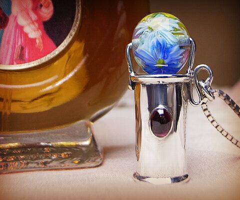 K&D 万華鏡 カレイドスコープ 天然石 シルバー925 ネックレス ペンダント ガーネット ベネチアングラス ユニセックス 中央の宝石は4mm×6mmの楕円形のガーネット。彫りの装飾はなくシンプルなフォルム 品質保証書付