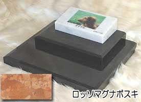 白大理石に写真を入れて国内製作します。 ペットのお墓(室内用)白大理石&ロッソマグナボスキ フラットダブルタイプオーダーメッセージ・オーダーレイアウト製作写真配置・贈る言葉までご自由に指定下さい。