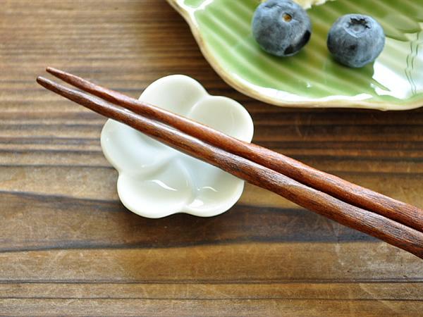 食器 箸置き 訳ありセール 格安 おしゃれ カトラリーレスト 美濃焼 かわいい アウトレット プルメリアの箸置き ポーセラーツ 5%OFF 一輪 白磁 カフェ風