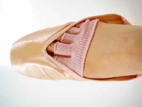 バレエ用品 待望の再入荷 急いで急いで~~ 通常便なら送料無料 バレエシューズやトウシューズの痛み軽減に レッスン以外に 18%OFF 普段使いもおすすめ バレエシューズやトウシューズの指の痛みを和らげる ひのきエキス入り 5本指トウパッド ☆ 2足セット
