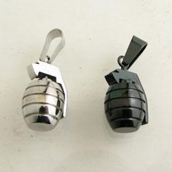 ステンレス製の精巧な手榴弾のモチーフがかっこいい ペンダントトップ 手榴弾 爆弾 ステンレス製 ペンダント kt26003 ネックレス