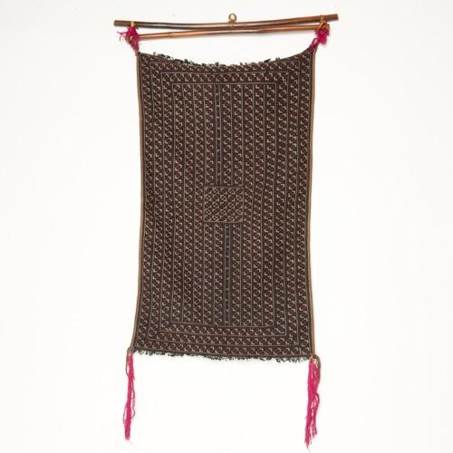 ベトナム 赤ザオ族 飾り棒付き刺繍布(オールド)