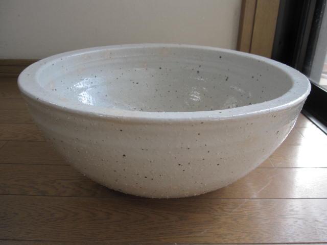 信楽焼きの技の逸品   本物の手作りの一品 送料無料白ボール型水鉢 大 水鉢    睡蓮鉢  水鉢 信楽焼水鉢 日本製です