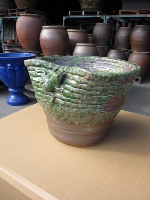 日本六古窯の一つで1300年の伝統を誇る土もの陶器の産地 滋賀県 信楽焼き 信楽焼き水蓮鉢・はす鉢・メダカ鉢他 蛙付南蛮鉢睡蓮鉢15号  水鉢