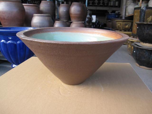 日本六古窯の一つで1300年の伝統を誇る土もの陶器の産地 滋賀県 信楽焼き 信楽焼き(水蓮鉢・はす鉢・メダカ鉢他) 大型窯肌ソリ型水鉢睡蓮鉢  水鉢