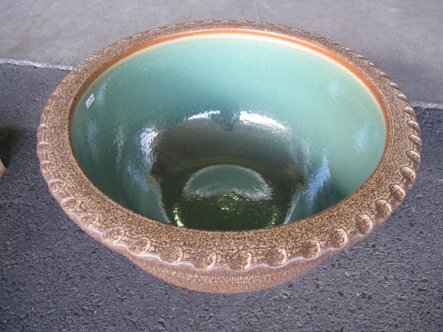 日本六古窯の一つで1300年の伝統を誇る土もの陶器の産地 滋賀県 信楽焼き 送料無料信楽焼き大型サイズの睡蓮鉢16号窯肌トチリワン型水鉢