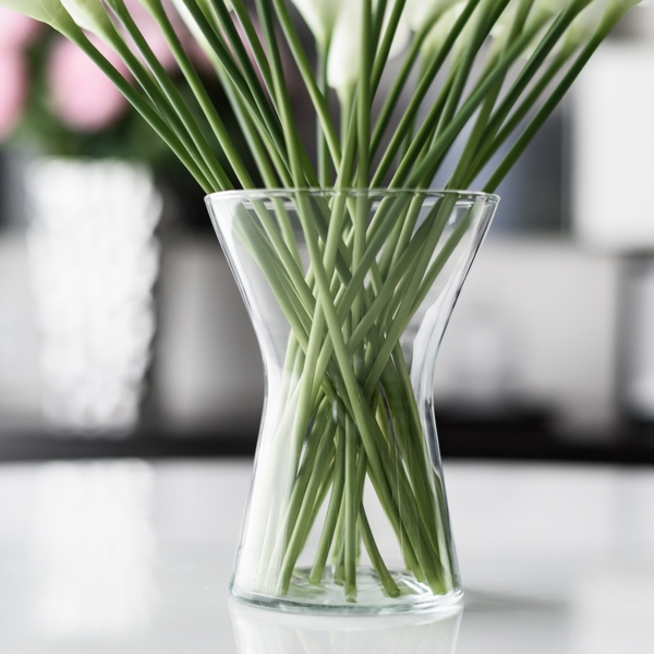 A simple bud vase flower vase / vase / vase