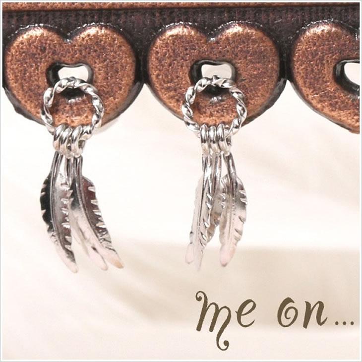 【メール便送料無料/代引き不可】■me on...■日本製!3枚の羽がゆらゆら揺れるフェザーモチーフK14ホワイトゴールドピアス【m3807】