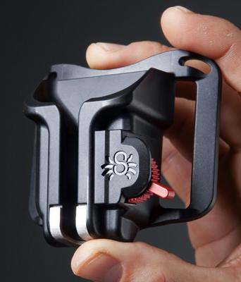 SPIDER ブラック・ウィドウ・ホルスター(SPIDER BLACK WIDOW HOLSTER)自分のベルトにカメラを装着できる手のひらサイズの小型ホルスター!コンパクトデジタルカメラ・中型ミラーレスカメラにおすすめ[02P05Nov16]
