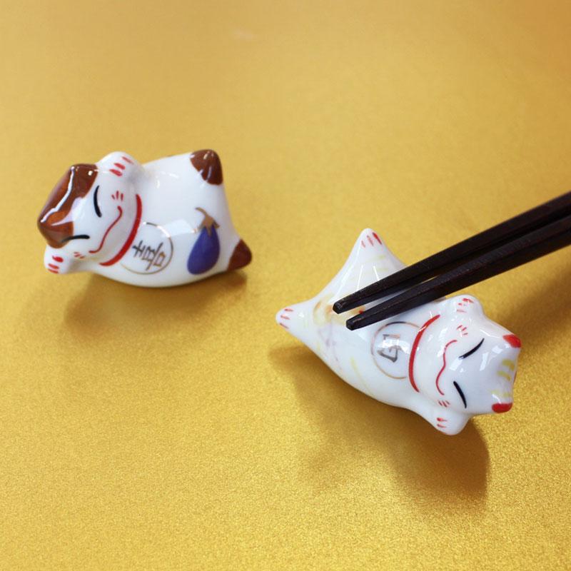 小さな箸の下にも心遣いを… 信託 全品ポイント10倍 15日23:59まで 箸置き 幸福招き猫の箸休め 陶器製 喜 日本製 はしおき おしゃれ かわいい 由