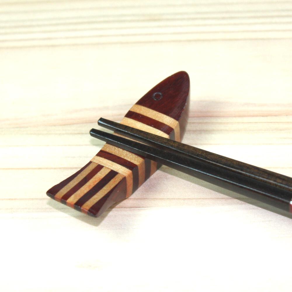 小さな箸の下にも心遣いを… 格調高い漆器の箸置き 5%OFFクーポン対象 20日まで 初回限定 天然木製 寄木箸置き しましま はしおき おしゃれ お魚 18%OFF かわいい