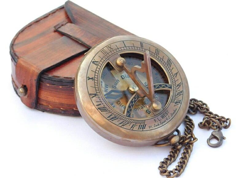 真鍮製 日時計 コンパス 真ちゅう ポータブル サンダイアル NEOVIVID Brass Sundial Compass with Leather Case and Chain - Push Open Compass - Steampunk Accessory - Antiquated Finish - Beautiful Handmade Gift -Sundial Clock 送料無料 【並行輸入品】