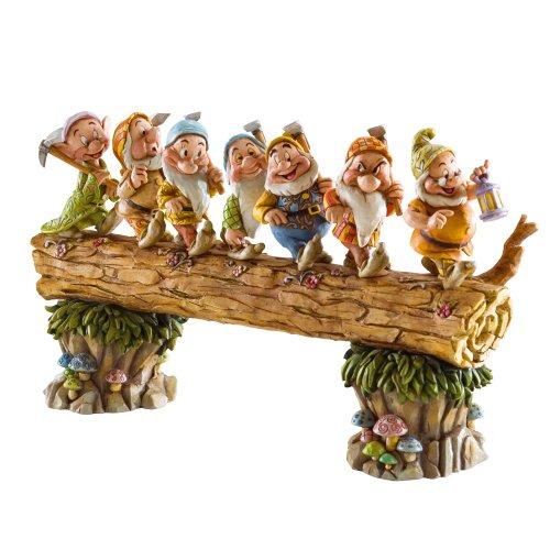 ジム ショア 4005434 7人の小人 白雪姫 8-1/4-インチ Seven Dwarfs Walking Over Fallen Log Figurine 8-1/4-Inch 【 フィギュア 置物 置物 キャラクター 人形 プレゼント クリスマス 誕生日 】 送料無料 【並行輸入品】