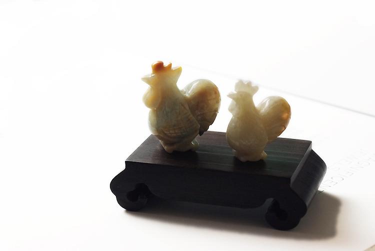 翡翠(ヒスイ) 彫刻ペンダント・置物 ch3337『翡翠ニワトリの置物(大小セット)/ 木製台付き』【For Children チャリティ企画】5%をMAWJへ寄付