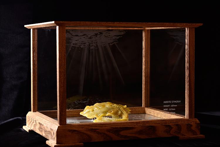 翡翠置物【送料無料】翡翠 (ヒスイ)置物 3870『極上黄色翡翠の親子エイ』(ケース付き)【翡翠 置物】