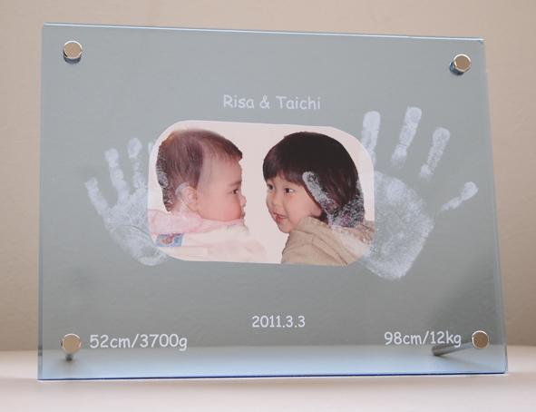 兄弟の手形を一緒に彫刻。仲良しの記念に【なかよし】【手形インクキット付】■兄弟 姉妹 手形 メモリアル フォトフレーム 写真たて誕生記念/お祝/名入れ/クリスタルトレジャー
