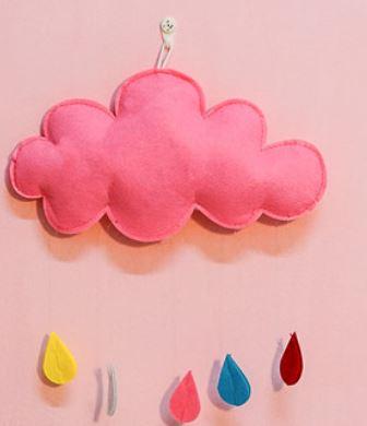 壁掛けオブジェ モコモコ雲と雨粒のしずく ユラユラ フェルト製 (ピンク):モノッコ