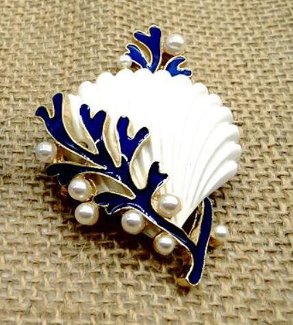 おしゃれ かわいい 夏 海 真珠風 リゾート バカンス ビーチ 貝殻 ホワイト 驚きの値段 珊瑚とパール風装飾付き 爆売りセール開催中 マリン風 シェル ブローチ 送料無料