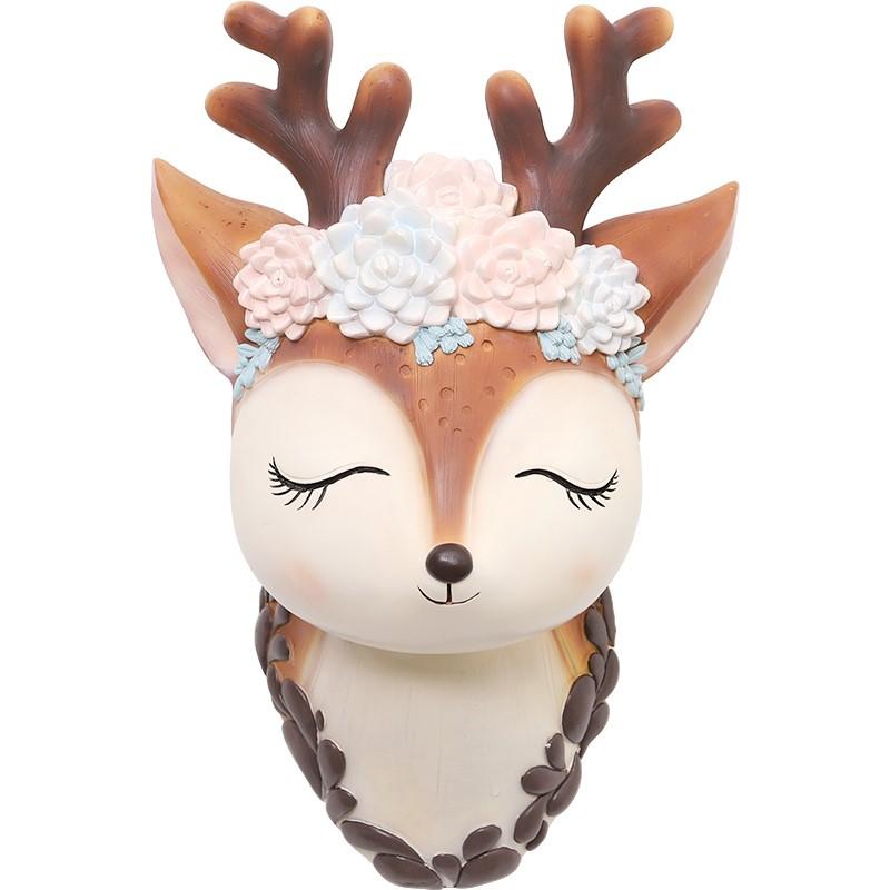 壁掛けオブジェ 花かんむりをかぶった小鹿 目を閉じた顔 立体的デザイン