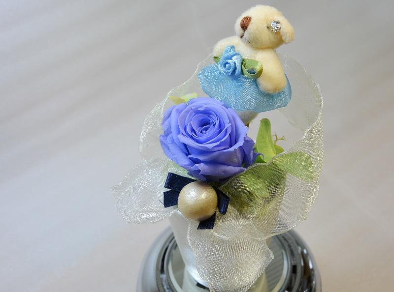 プチベアーの両耳にはクリスタルダイアモンドが 薔薇の下には大粒のパール 何ともかわいい熊さんです 2020秋冬新作 バラのブリザーブドフラワーオルゴール 薔薇の色 ブルー 全品送料無料 プチベアー