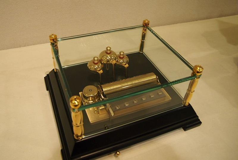 安心の定価販売 演奏に合わせて3個のベルが鳴るユニークなオルゴール リュージュ72弁3曲入りオルゴール 期間限定お試し価格 ベルR6019-000 送料無料