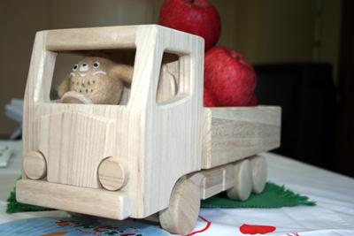 桐の木のおもちゃトラックみちのく号