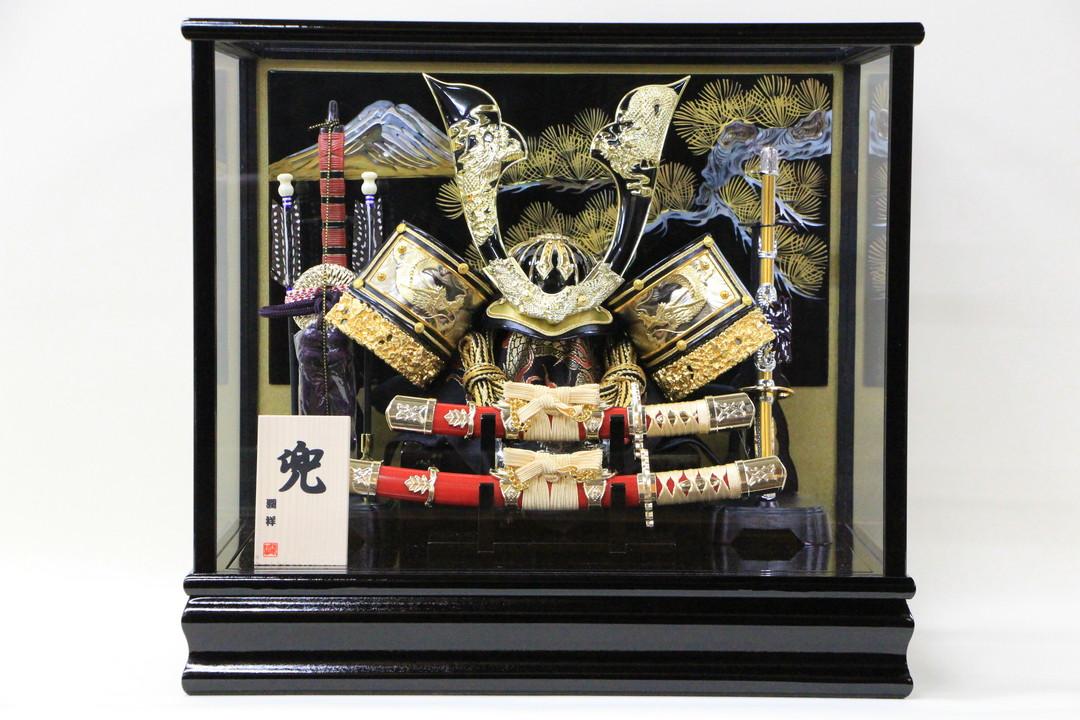 五月人形 コンパク おしゃれ ケース飾り 兜 かぶと ガラスケース飾り 螺鈿細工(富士山と松) 兜ケースNo.12大鍬形大小刀付山と松バツク