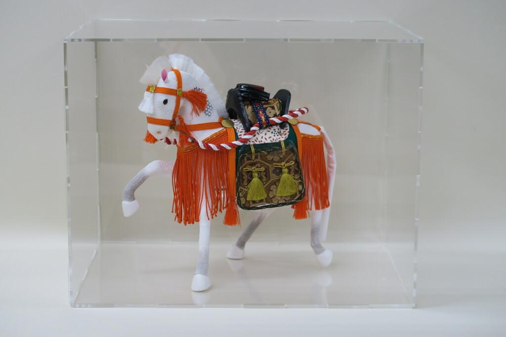 8号ちりめん飾り馬朱色(箱入り)アクリルケースセット 組立て式