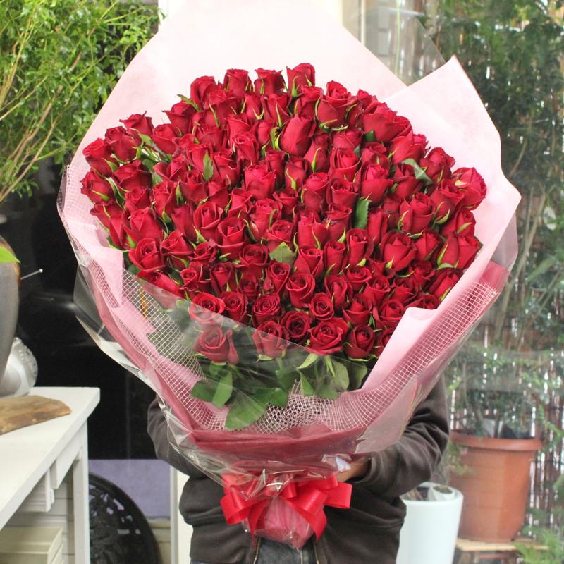 赤いバラ、ピンクバラ、黄色バラ、オレンジバラ100本の花束☆国産の薔薇の中でもその季節ごとに品質の良い産地を特選し、選び抜いたバラをセンスよく束ねました。