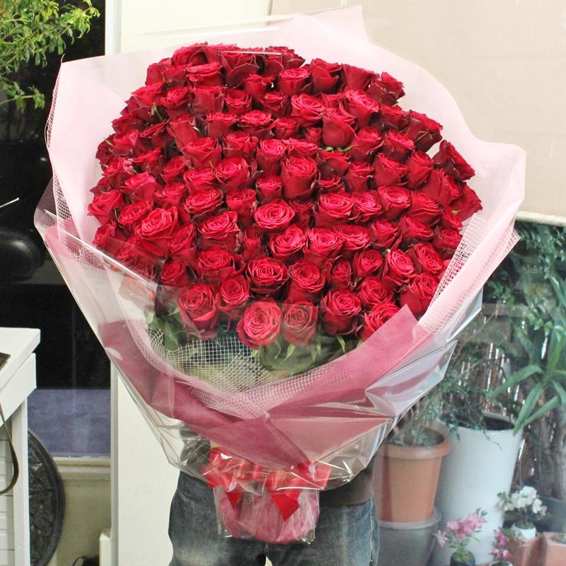 【5/28着迄受付終了】至極の赤いバラ、ピンクバラ(薔薇)100本の花束。特別なバラを揃えた、至極の花束。上質な赤バラを贅沢に束ねています。特別なプレゼントや、プロポーズなどにお贈りくださいませ。