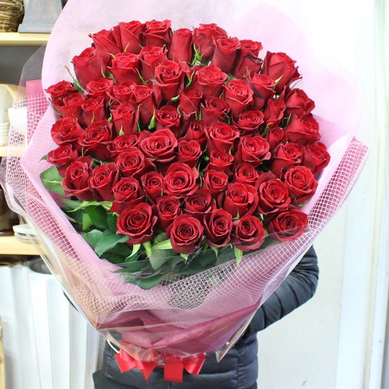 赤いバラ、ピンクバラ、黄色バラ、オレンジバラ60本の花束☆還暦のお祝いに満足のボリューム感、大きい花束☆国産の薔薇の中でもその季節ごとに品質の良い産地を特選し、選び抜いた赤バラをセンスよく束ねました。