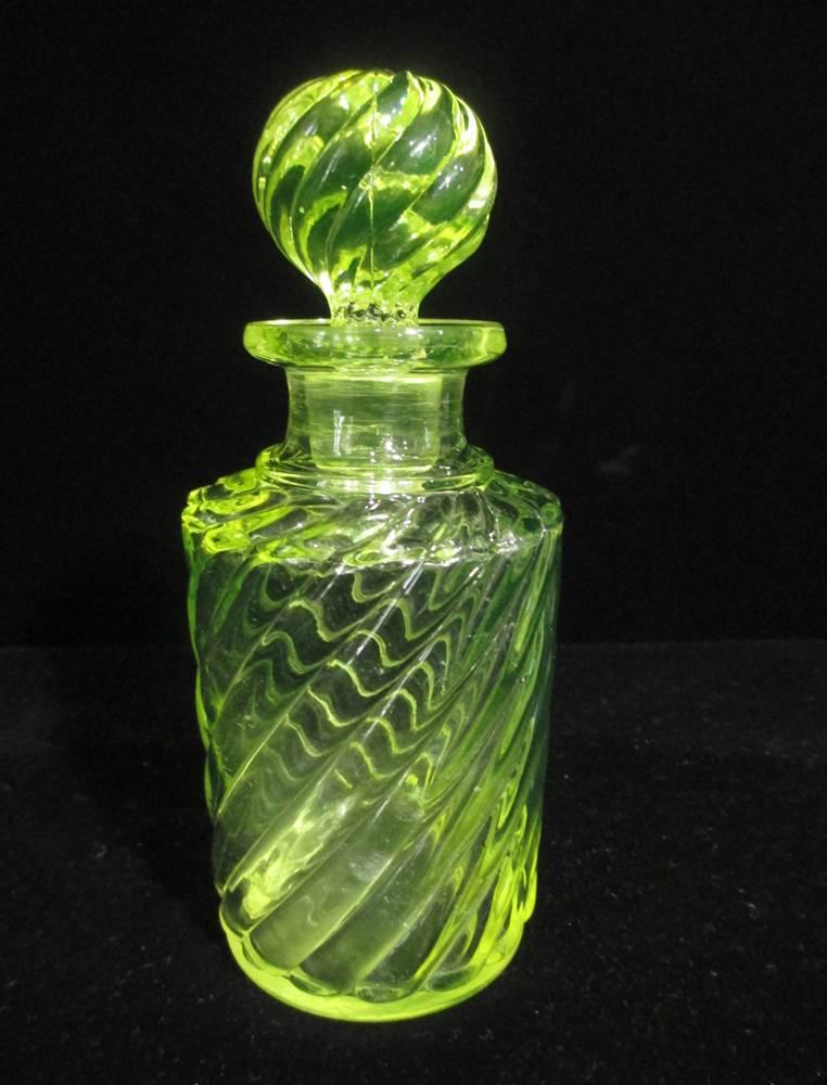 【オールド・バカラ】【ウランガラス】 黄色いウランガラスの香水瓶 【Bambous Tors】