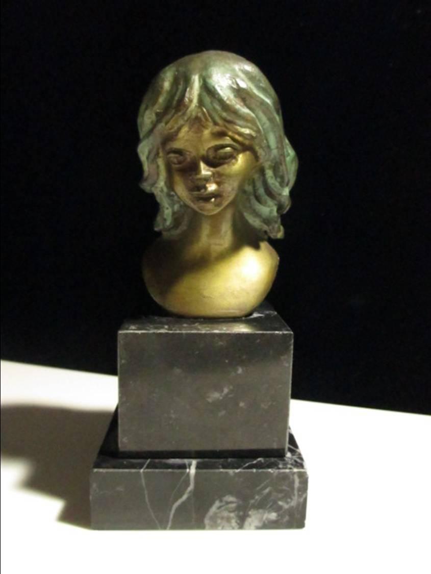 イタリアの彫刻家、Nico Venzo作の少女のブロンズ像