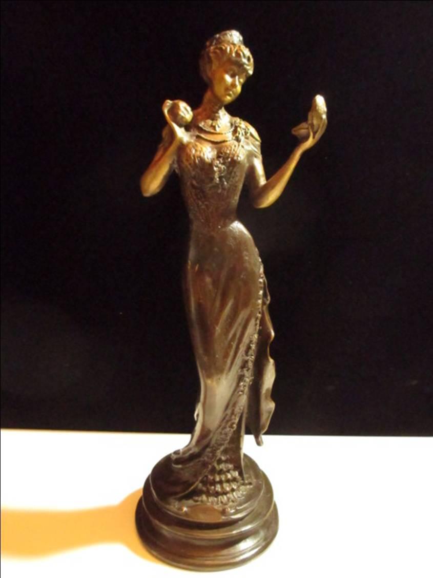 フランス製と思われる、コンパクトを持った若い女性のブロンズ像