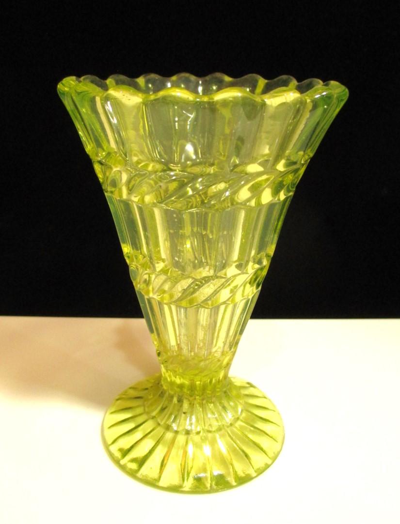 【ヴィクトリアンアンティーク ウランガラス】 花瓶 【訳あり】