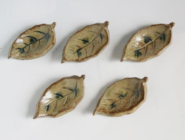ひとうひとつ心を込めての手作り 棟山窯 織部付き 葉の形 箸置き 在庫処分 たたら タタラ スプーンレスト 新色追加 5個セット 美濃焼