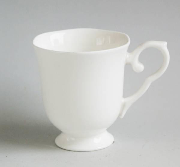 きれいな輝き ボーンチャイナ 持ち手が優雅な花のフォルム 足つきマグカップ 結婚祝い しろい 白い器 白い陶器 白い 直営店 ホワイト 白い食器