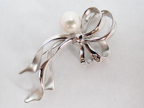 アコヤ真珠ブローチ リボンモチーフ《品質のMPO》   ギフト プレゼント